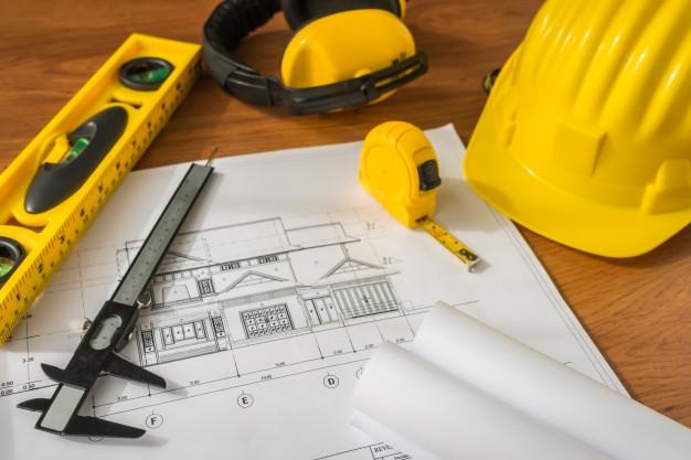 план дома и строительный инструмент